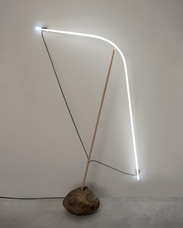 Lâmpada neon, cobre, pedra, epoxi, suportes e instalação elétrica 165 x 85 x 45 cm [ECU020]